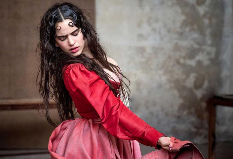 """""""En busca de Julieta"""", el nuevo Calendario Pirelli 2020 que protagoniza Rosalía."""