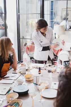 Andrea Zarraluqui abre por primera vez las puertas de su estudio para celebrar su incorporación al Atelier de grandes damas de VEUVE CLICQUOT