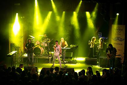 De concierto benéfico con MOMO tributo a Freddie Mercury con Hard Rock Cafe Barcelona